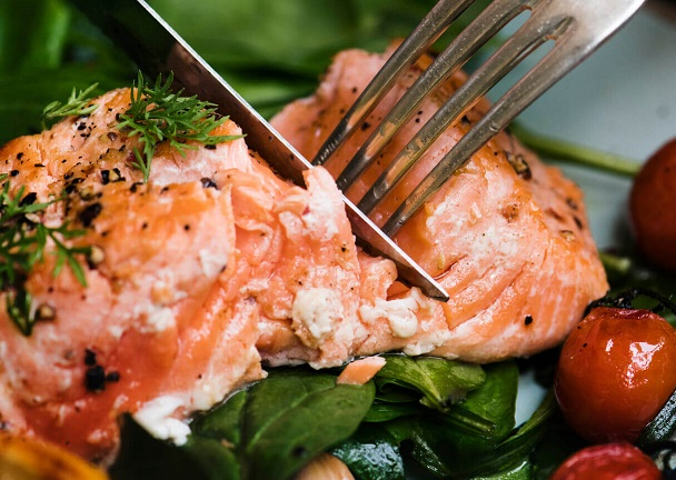 salmon with herbs tomatoes and spinach